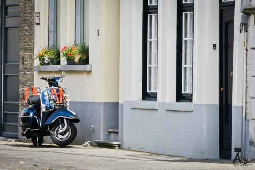 Мопед на улицах Брюгге